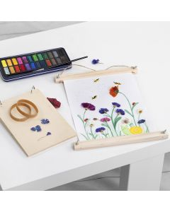 Watercolour pictures with glue-on pressed flowers