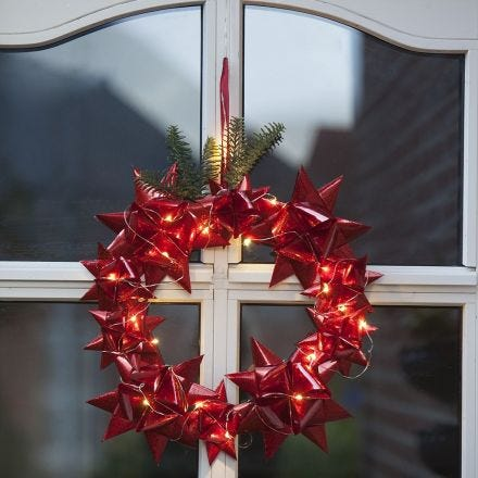 An outdoor Wreath with woven Stars and LED Lights
